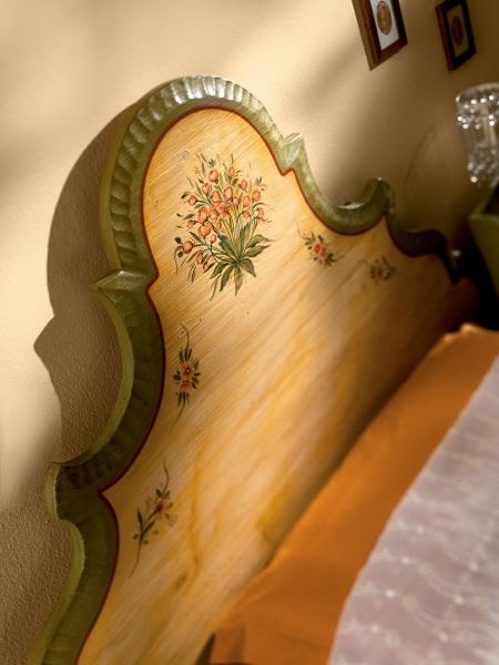 Letto in stile tirolese decorato