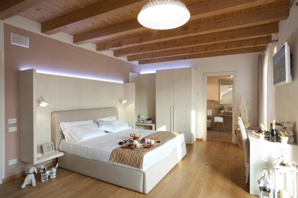 Camera arredata in legno