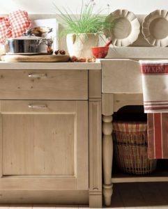 mobili cucina in legno massello e piano da lavoro in marmo