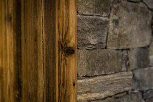 Legno e Pietra: i materiali della cucina rustica