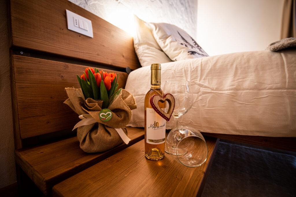 Arredi in legno per camera di albergo